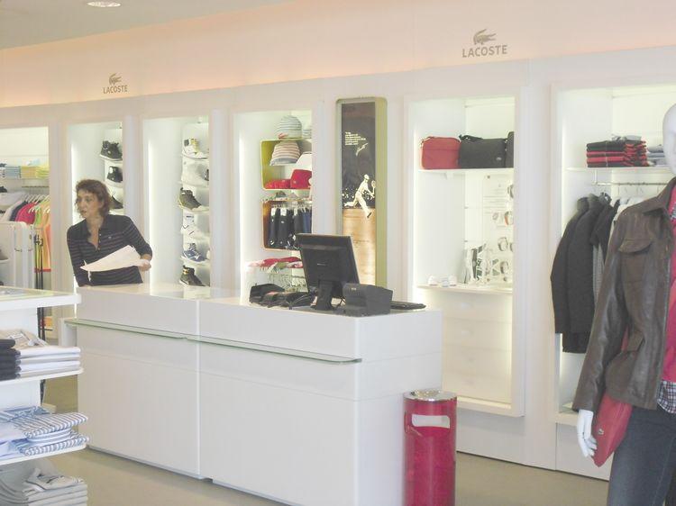 Arredamenti per negozi compra in fabbrica vetrine for Arredamenti per negozi abbigliamento